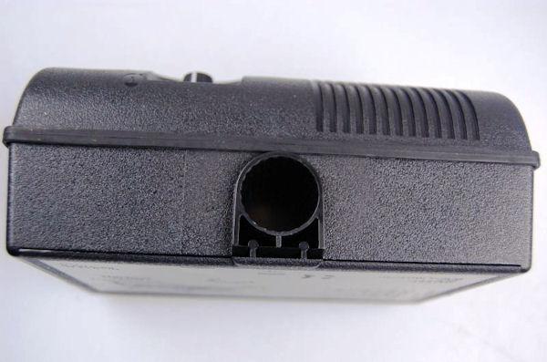 В нижней части корпуса отпугивателя Weitech WK0051 имеется отверстие для кронштейнов
