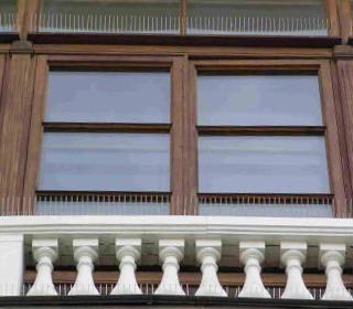 <em>Противоприсадные шипы Ёж-стандарт, установленные на балконе